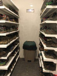 Le placard des chaussures à Ronceveaux.